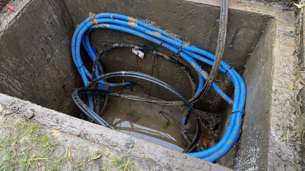Un câble de fibre optique souterrain